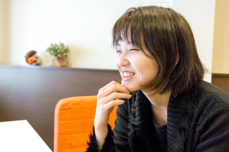 【写真】笑顔でインタビューに答えるこんどうあきさん