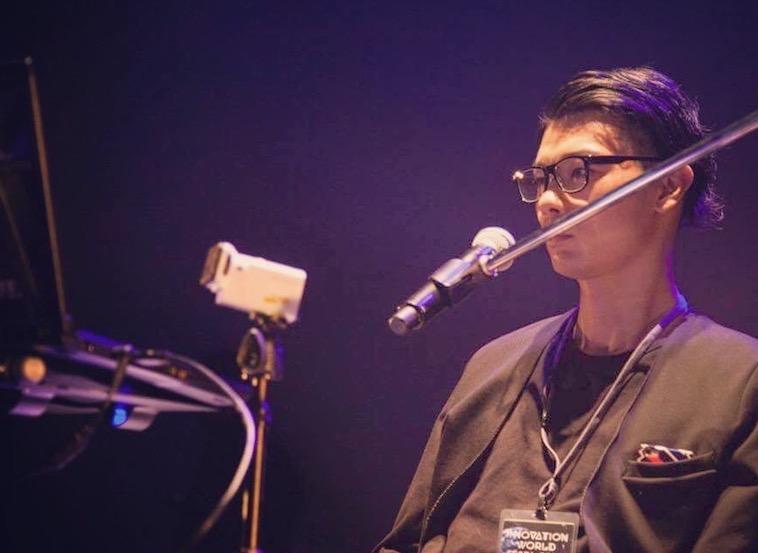 【写真】メガネ型ウェアラブルデバイス「JINS MEME」を使ってパフォーマンスをするむとうまさたねさん