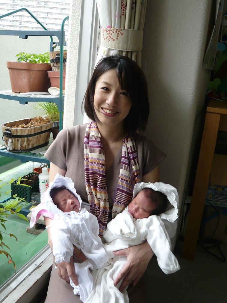 【写真】双子の赤ちゃんを抱くなかはらみちこさん