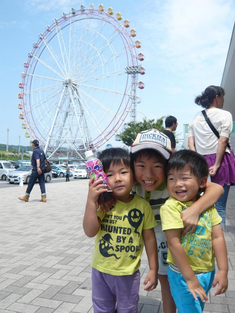 【写真】なかはらみちこさんの3人の息子さんが観覧車をバックに笑顔で写っている