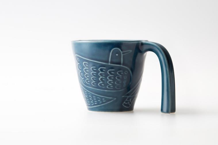 【写真】motteの前身であるeシリーズのマグカップもハンドル部分が長めに作られている