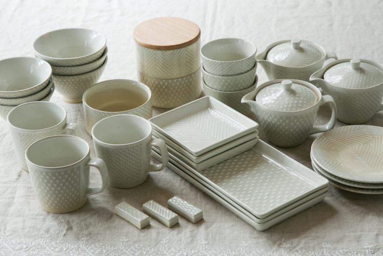 【写真】平皿、マグカップ、お椀、急須などプロダクトが並ぶORIMEの食器