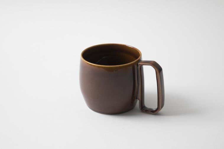 【写真】机の上に置かれたmotteのマグカップ。ハンドルは通常より大きく机につく。