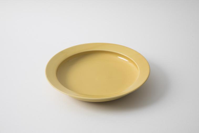 【写真】机の上に置かれたmotteの平皿