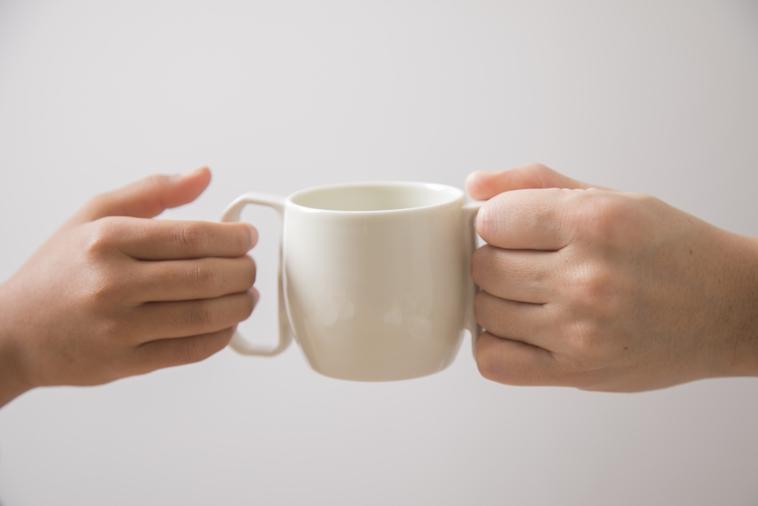 【写真】両側からmotteのコップを持つ手
