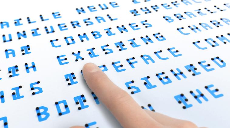 【写真】人差し指でブレイルノイエの点字を触る