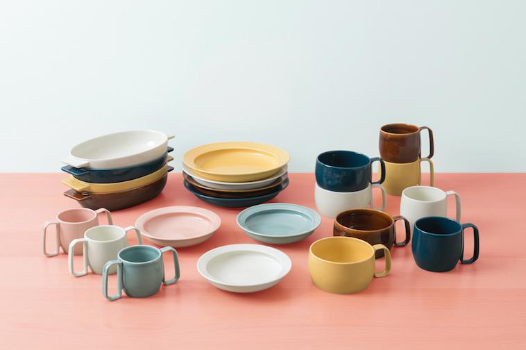 【写真】グラタン皿、プレート、深皿、マグカップとmotte一覧が並ぶ机。