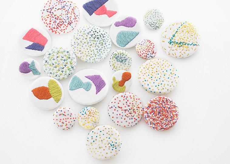 【写真】5色以上の糸で様々な縫い方でデザインされるヌイヌイのブローチ