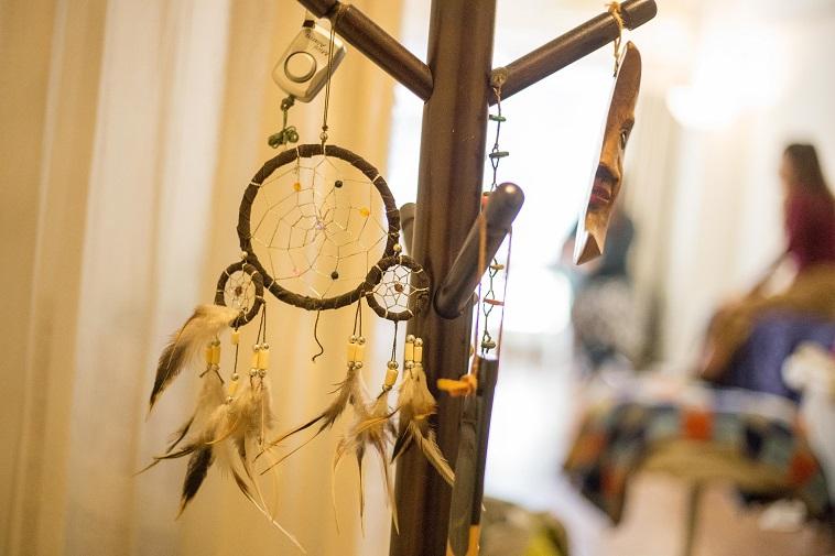 【写真】アジアの民族雑貨。輪っかに吊るされた針に鳥の羽がぶら下がっている