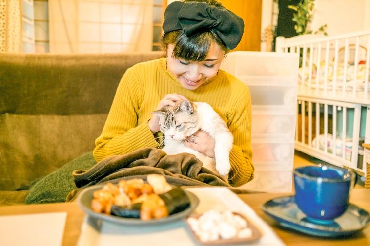 【写真】笑顔で猫を撫でるこたけめぐみさん
