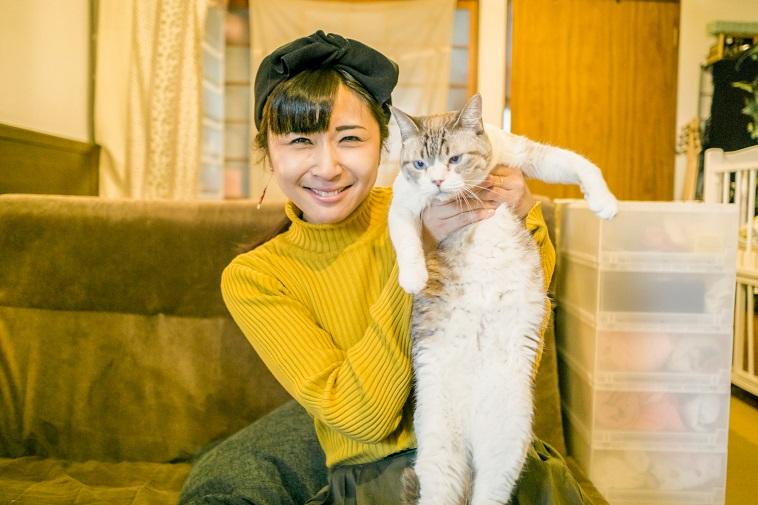 【写真】笑顔で猫を抱いているこたけめぐみさん