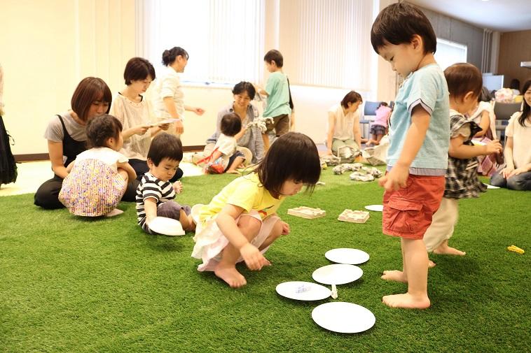 【写真】子供達がおもいおもいに遊んでいる