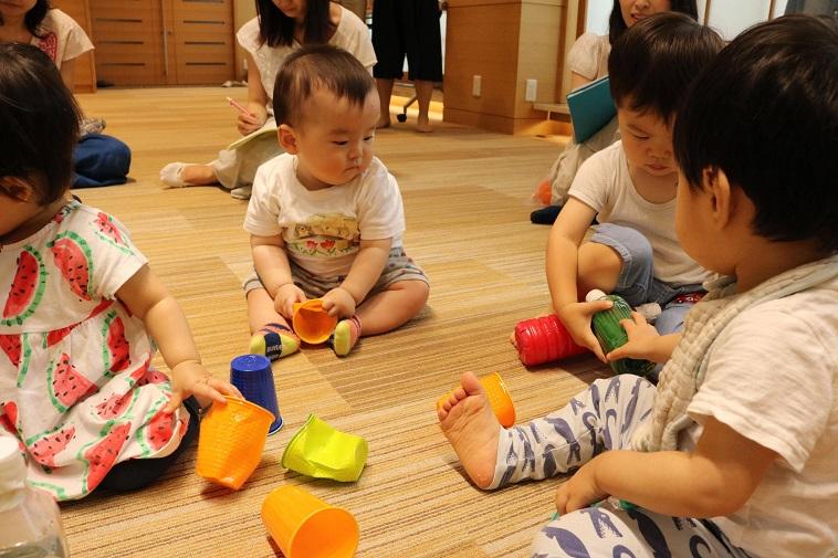 【写真】子供達がおもちゃで遊んでいる