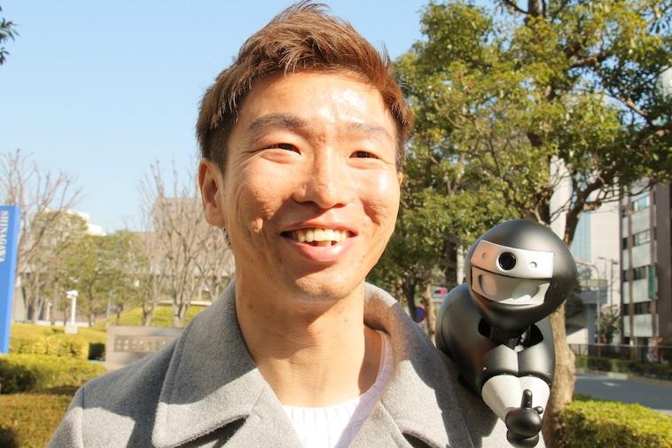 【写真】ニンニンを肩に乗せ、笑顔で話をする男性