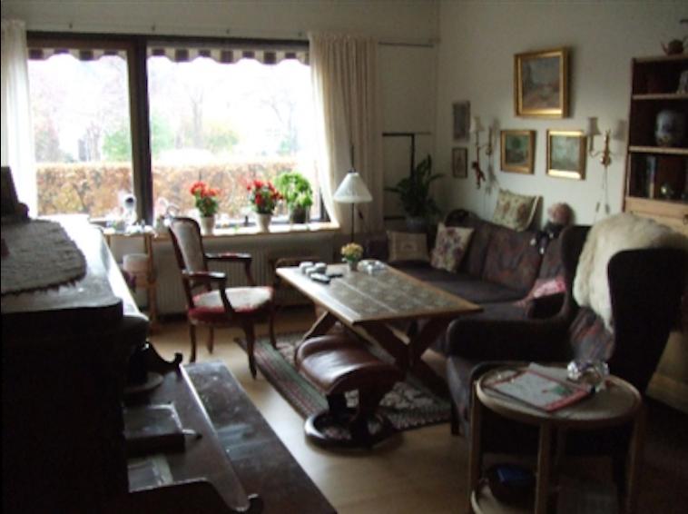 【写真】しもがわらさんが視察した高齢者住宅のリビング。アンティーク調の椅子や机が置いあり、趣がある。