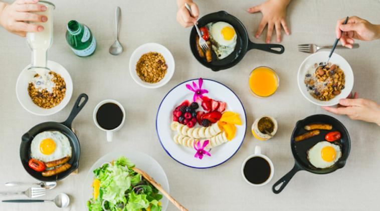 【写真】グラノーラや目玉焼き、サラダにフルーツとある家族の朝食をイメージした風景