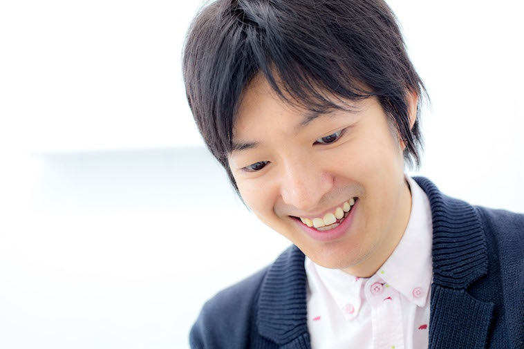 【写真】微笑みながらインタビューに応えるさわだともひろさん