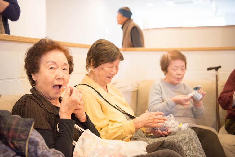 【写真】ソファに座り楽しそうにデザートを食べる入居者のみなさん。