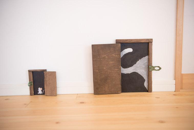 【写真】壁に隠し扉がある。その扉を開けるとネズミや猫の絵が描かれている。