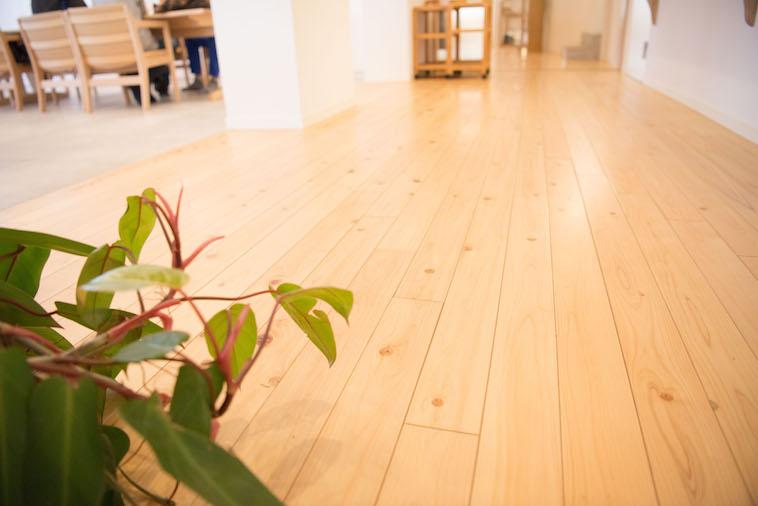 【写真】リビングの木製の床。温もりが感じられる。