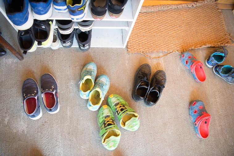 【写真】玄関に複数置いてあるこども達の靴。ぎんもくせいは多くのこどもたちが出入りしている。