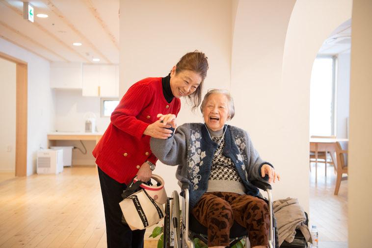 【写真】ぎんもくせいに入居しているいいじまさんと義娘さんの2ショット。2人で会話をしながら笑っている。