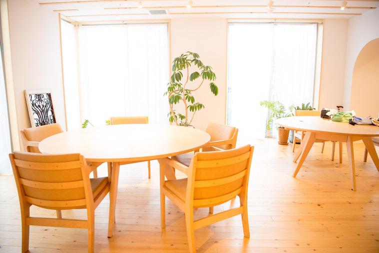 【写真】食事スペース。大きな窓から日の光が入っており、ぬくもりが感じられる。