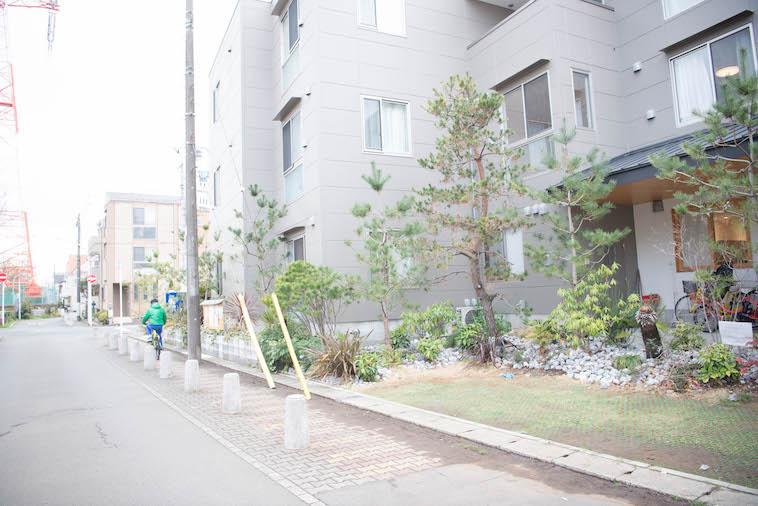 【写真】閑静な住宅街の中にあるぎんもくせい。玄関には木々がたくさん植えられている。