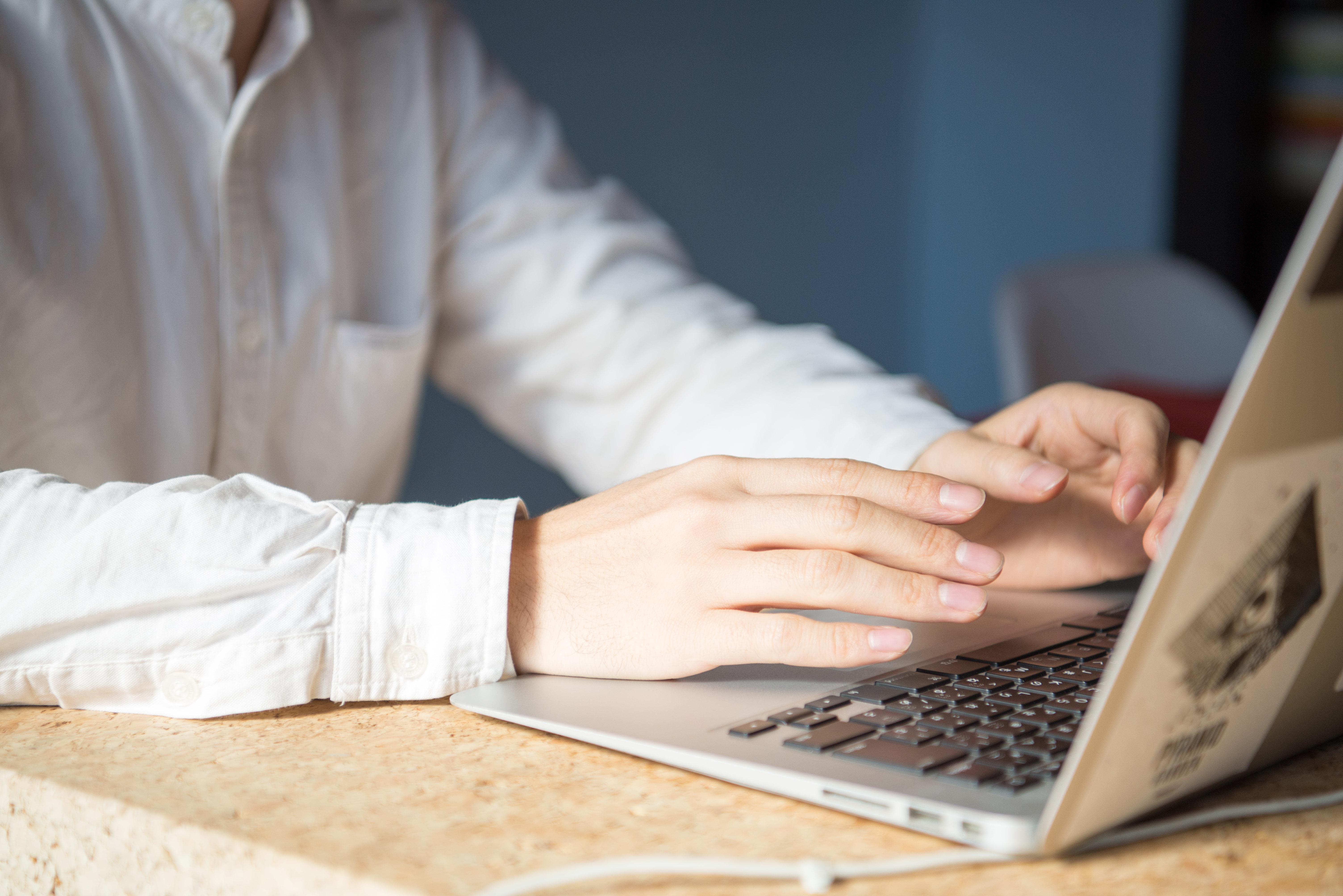 【写真】パソコンに手をおきながら語るくさかりさん