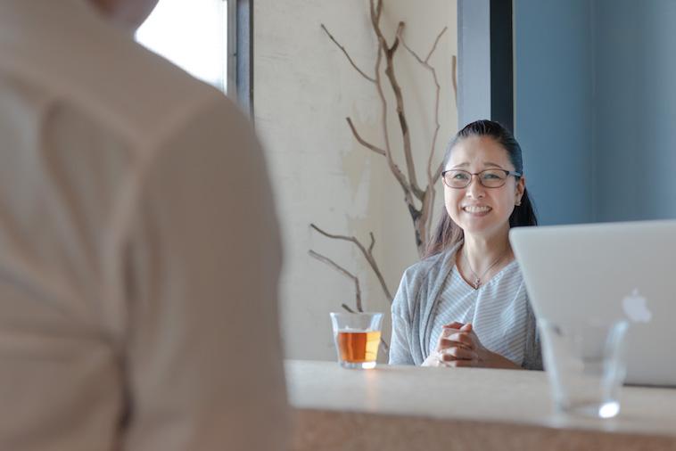 【写真】笑顔でインタビューに答えるおしだりあきこさん