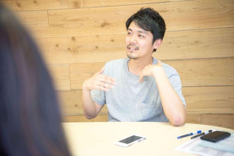 【写真】微笑んでインタビューに答えるはやししんごさん