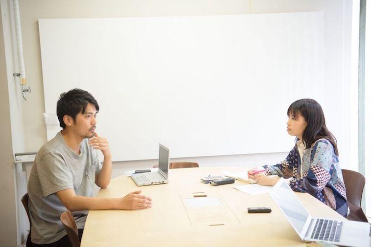 【写真】インタビューに答えるはやししんごさんとライターのあきさだみほさん