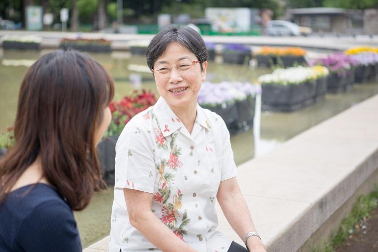 【写真】笑顔でインタビューに答えるとくながけいこさん