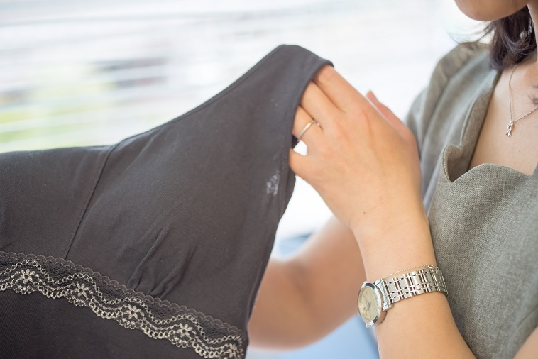 【写真】くろーぶの下着を手に取って見せるぼーまんさん