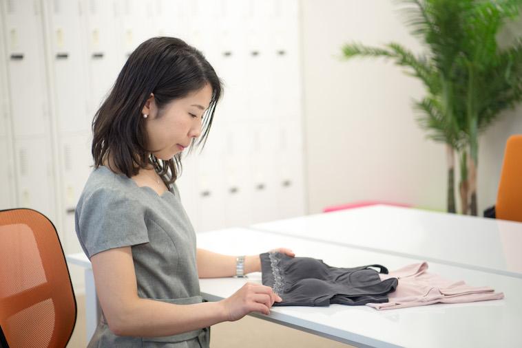 【写真】乳がん経験者向けの下着を手に取る、ぼーまんさん