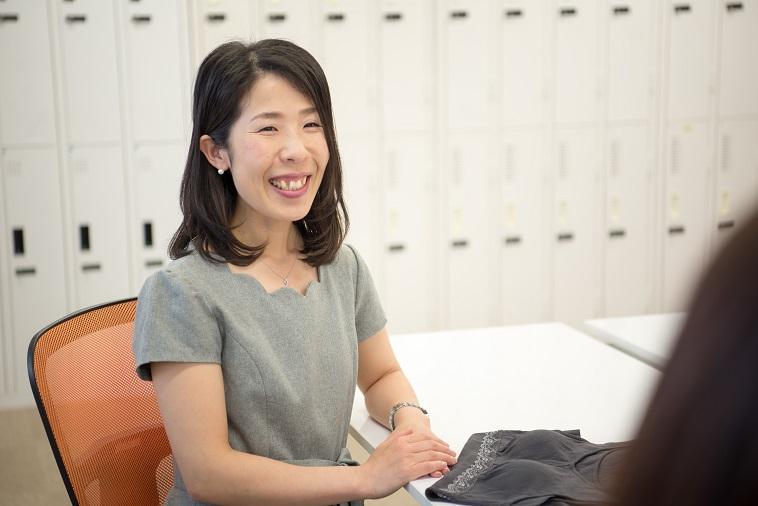 【写真】笑顔でインタビュアーに笑顔を見せるぼーまんさん
