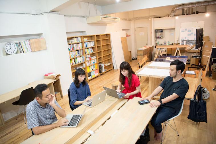 【写真】パソコンを開きながら対談をする4人