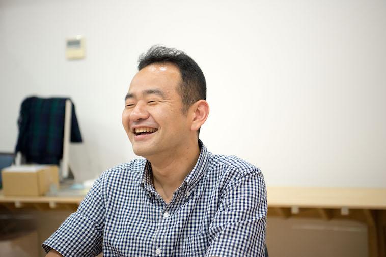 【写真】笑顔で話をするissue+designのかけいさん
