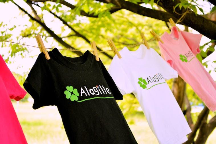 【写真】アラジールと書かれたTシャツ