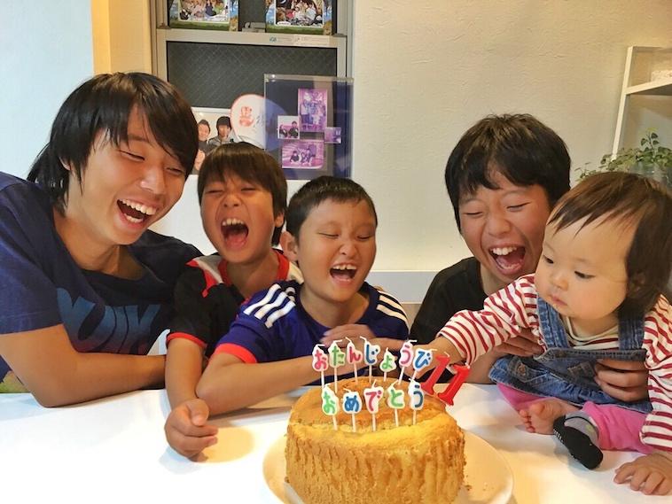 【写真】お誕生日のお祝いをするまなとくんときょうだい