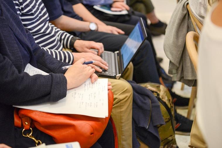 【写真】ノートやパソコンで熱心にメモをとる参加者
