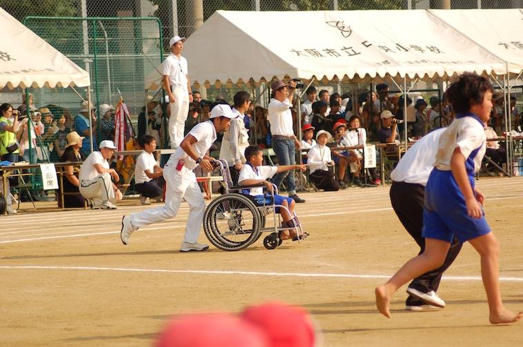 【写真】学校の運動会で車椅子に乗りながら参加するまなとくん