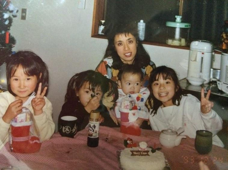 【写真】とくさんが小さい頃の家族写真。とくさんの姉妹とお母さんは、それぞれご飯を食べていたり、クリスマスプレゼントを手にして喜んでいたり、ピースサインを向けていたり楽しそうな様子。