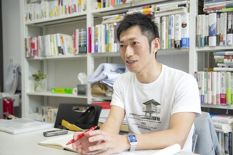 【写真】ペンを片手に、笑顔でインタビューに応じるまのさん