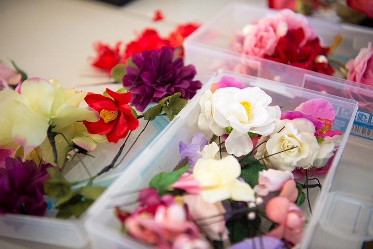 【写真】手作りの髪飾りは、様々な種類の花がモチーフになっている