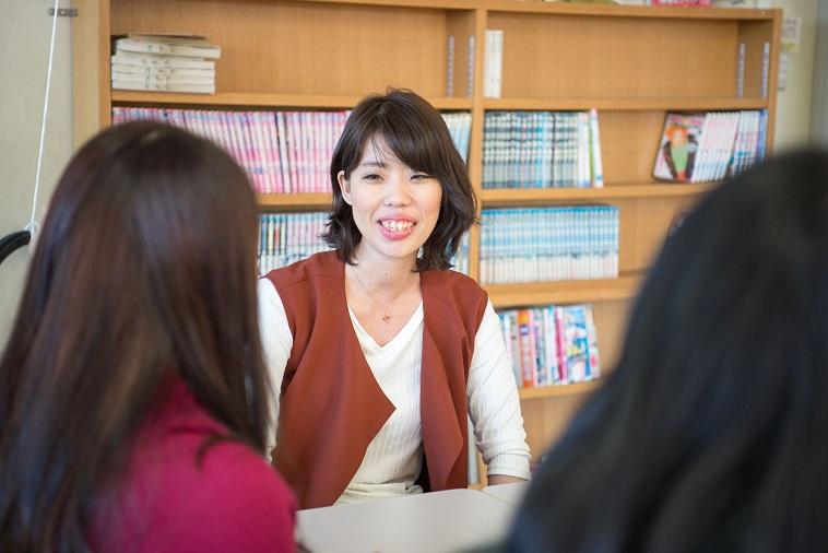 【写真】女性たちと笑顔で会話をするまさこさん