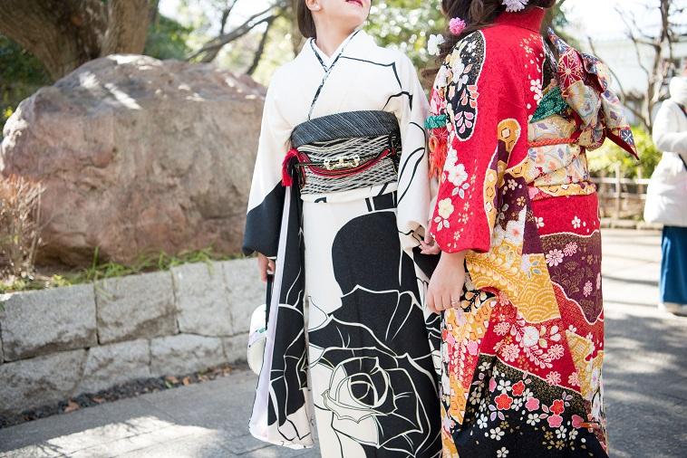 【写真】振袖姿の女性2人が並んでいる