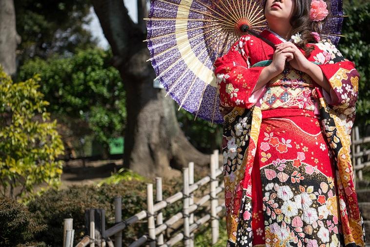 【写真】和傘を持って佇む振袖姿の女性