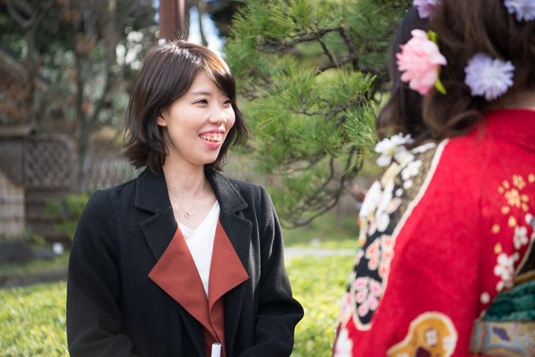 【写真】振袖姿の女性を前に、笑顔を見せるまさこさん