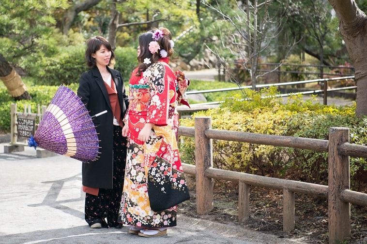 【写真】振袖姿の女性と、和傘をもつまさこさん